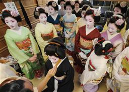 京おどりの衣装合わせ、京都東山区・舞妓や芸妓.jpg